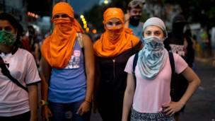 Jóvenes con el rostro cubierto en Caracas (Foto AP/Rodrigo Abd)