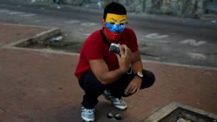 Manifestante con máscara en Caracas (Foto AP/Rodrigo Abd)