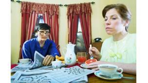 Suzanne Heintz usa humor e cores para retratar cenas de família com bonecos de plástico