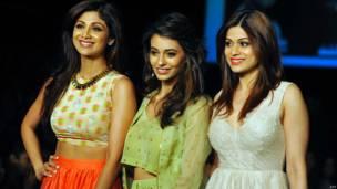 शिल्पा शेट्टी, अभिनेत्री आएशा खन्ना और शिल्पा की बहन शमिता शेट्टी.