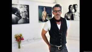 El fotógrafo David Jay en la exposición de su proyecto fotográfico sobre cicatrices The Scar