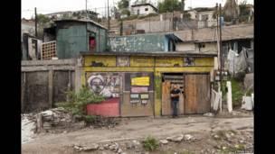 El muralista Alonso Delgadillo en Tijuana, Baja California