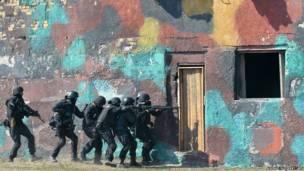 यूक्रेन के सुरक्षाबल छापा मारते हुए