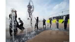 लंदन का क्वीन एलिज़ाबेथ ओलंपिक पार्क में बच्चे