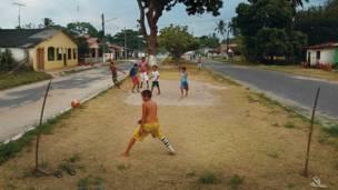 Para eyaletinde Marajo adasındaki Soure'de bir kaleci maçı takip ediyor.