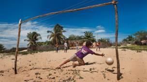 Morro Branco, Piauí'de çocuklar çıplak ayakları ile beyaz kumun üzerinde oynuyor.