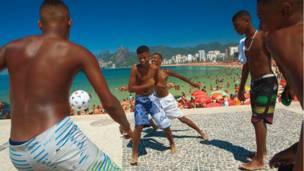 Fútbol por diversión en la playa Arpoador, Río de Janeiro.
