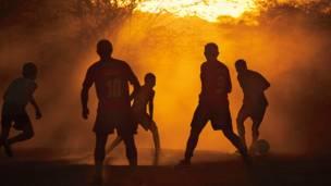 Juego en el terreno empolvado de Cabaceiras, Paraíba.