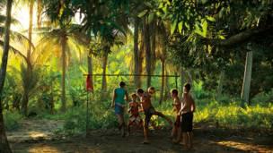 dos Milagres, Alagoas'taki bir hindistan cevizi tarlasında doğaçlama oluşturulan futbol sahası