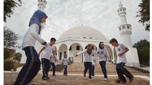 Estudiantes jugando en una escuela islámica en Foz do Iguaçu, Paraná
