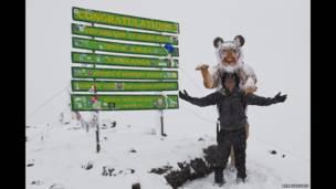 पॉल गोल्डस्टीन 2012 में अपने टाइगर सूट के साथ किलिमनजारो में. पॉल गोल्डस्टीन/एक्सोडस/रेक्स फ़ीचर्स