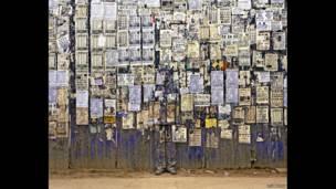 Escondido en la ciudad- - Información en muro. Liu Bolin