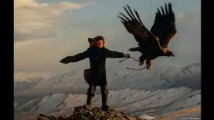 آشول-پن با عقابش، عکس از آشر اسوینسکی/آژانس خبری کیترز