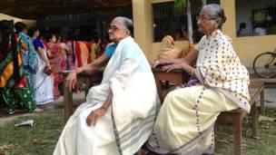 कूच बिहार के एक मतदान केंद्र पर अपनी बारी का इंतजार करती महिलाएं