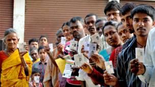 चिकमंगलूर, मतदान केंद्र पर वोटिंग की कतार