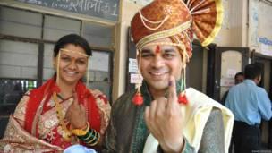 महाराष्ट्र मतदान करते पति-पत्नी