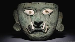 Máscara de una deidad moche (100 – 800a.d.). Museo Larco, Lima. Foto por Carlos Rojas y Daniel Giannoni. Exhibición Peruvian Gold: Ancient Treasures Unearthed.