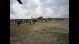 لوگ رسکیو ہیلی کاپٹر کے ارد گرد جمع ہوئے۔