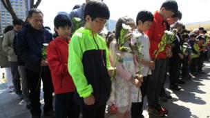 Anak-anak berdoa di Seoul