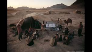 Un grupo de hombres asiste a un programa de concienciación de la ubicación de minas en Kandahar, 1992. Steve McCurry/Magnum Photos