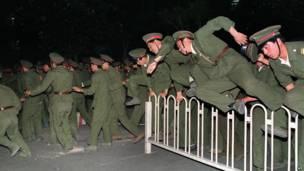 Soldados del Ejército de Liberación del Pueblo saltan las barricadas.4 de junio de 1989. AFP