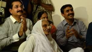 नरेंद्र मोदी की माँ और परिवार को सदस्य