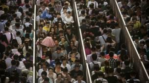 Antrian di stasiun kereta bawah tanah Beijing