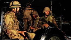 कराची हवाई अड्डे की ओर जाती सेना