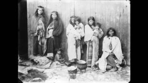 Esposas de los caciques Inakayal y Foyel; esposa de Ariancu; Margarita Foyel; Tafá y niños