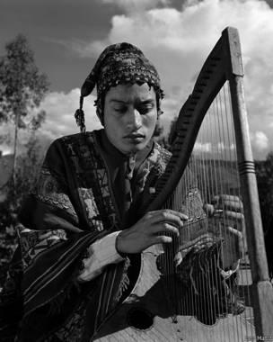 Músico toca el arpa, Leo Matiz