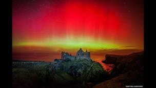 Aurora en el Castillo de Dunluce por Martina Gardiner)