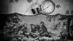 Настенный ковер и часы в избушке сторожа
