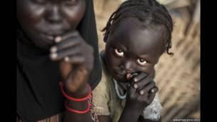 दक्षिणी सुडान के मबान काउंटी में विस्थापित बच्चा