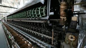Mesin pemintalan sutra otomatis di bekas Pemintalan Sutra Tomioka di Gunma