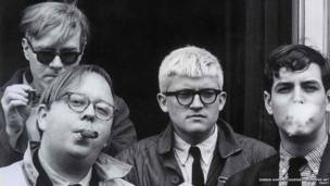 Andy Warhol, Henry Geldzahler, David Hockney y Jeff Goodman, 1963. Dennis Hopper / Cortesía de Hopper Art Trust.
