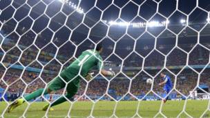 Goleiro da Costa Rica defende pênalti da Grécia (AFP)