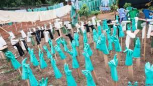 Guantes y botas. Sylvain Cherkaoui/Cosmos/MSF