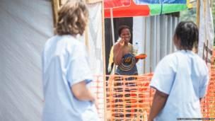Sia Bintou en la frontera entre la sala de aislamiento y el resto del recinto. Sylvain Cherkaoui/Cosmos/MSF