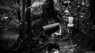 Carrera con troncos. (Daniel Rodrigues)