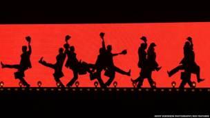 'Papagaio morto', 'Albatroz', 'Canção do Lenhador', 'A Inquisição Espanhola' estão em show que estreou em Londres.