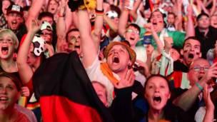 الجمهور الألماني يهتف خلال مشاهدة المباراة عند بوابة براندنبورغ في برلين في 8 يوليو/تموز 2014 - وكالة الأنباء الفرنسية