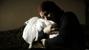 En la imagen, Netream Netzleam sostiene el cuerpo de su hija Razel. Crédito: Reuters.