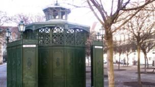 Старинный общественный туалет