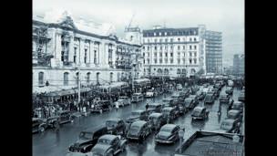 Desfile de tranvías y buses frente a la Gobernación, Avenida Jiménez de Bogotá, 23 de octubre de 1948. Archivo fotográfico de Sady González, Biblioteca Luis Ángel Arango