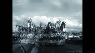 Concurso Nacional de Belleza en Cartagena, desfile de carrozas. Cartagena, 10 de noviembre de 1953. Archivo fotográfico de Sady González, Biblioteca Luis Ángel Arango.