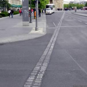 линия из булыжников на месте Берлинской стены