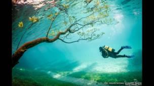 Uma tempestade dramática, uma paisagem subaquática e um festival Hindu são alguns dos vencedores do concurso National Geographic de Fotos de Viagem