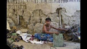 कोचीमुनि की उम्र 15 साल है और वे मिट्टी की बनी अपनी झोपड़ी में इलेक्ट्रॉनिक कचरे को अलग कर रहे हैं.