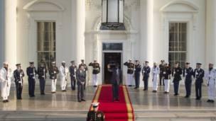 Umuru w'igihugu wa Sudani y'epfo, Salva Kiir Mayardit ashika ku kirimba ca White House.