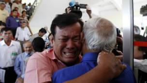 Soum Rithy (kiri) dan Chum Mey (kanan)